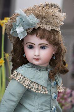 Редкая модель BEBE LOUVRE, Emile Jumeau, 1890-е годы, 58 см. - на сайте антикварных кукол.