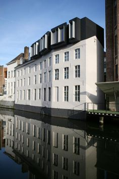 Built by ALT Architectuur in Ghent, Belgium with date Images by Thierry Lagrange. The decision by the city of Ghent to establish its department of culture in an old warehouse on the river Leie was in. Architecture Design, Facade Design, Contemporary Architecture, Exterior Design, Modern Buildings, Beautiful Buildings, Roof Extension, Restaurant, Mansions