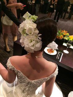 セミキャスケードブーケ 八芳園様へ カラーとデンファレ、白と緑で : 一会 ウエディングの花