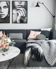 deco salon moderne, photographies de femmes en noir et blanc, table ronde, table ronde blanche avec décoration florale