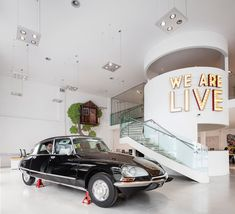 A creative office space design was imagined for live communication agency VERVE. A 1973 Citroen DS as meeting room, graffiti on the walls and good vibes!