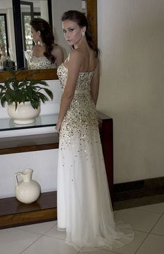 Classe e sofisticação na Black Suit Dress. Compre http://blacksuitdress.com.br/jasz-couture/vestido-de-festa/vestido-de-festa-longo-tomara-que-caia-modelo-sereia-7.html #vestidodefesta #branco #debutante #casamento #festa #moda #fashion #lookfesta #blacksuitdress