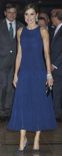 1732e6c43 19 Oct 2017 - Queen Letizia attends Princess of Asturias Awards concert  Vestidos Elegantes Para Señoras