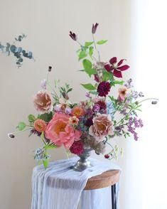 "Spring & Darling on Instagram: ""🌿 - 한주를 마무리 하는 센터피스 💓 시장 사장님께 선물받은 코랄이랑 짧게 남은 꽃 모아서 짠✨ - #센터피스 #코랄작약 #flowerarrangement #flowerworkshop #weddinginspiration"" Beautiful Flower Arrangements, Love Flowers, Beautiful Flowers, Wedding Flowers, Vase Arrangements, Floral Centerpieces, Flower Vases, Flower Art, Flower Installation"