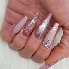 Classic Nails manicure undoubtedly is considered as the universal one. Using the various designs and techniques you can create Awesome Look With Silver Nails Picture Credit summernails nailsart nailsdesign nailartdiy nailartgallery nailartid Chunky Glitter Nails, Pink Glitter Nails, Rose Gold Nails, Silver Nails, Gradient Nails, Holographic Nails, Stiletto Nails, Coffin Nails, Sparkle Nails