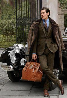 Abrigo en los hombros y traje de Ralph Lauren.