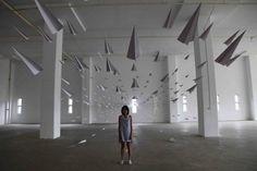 Quest-ce qui fait voler les avions en papier ? http://fr.origami-kids.com/avion-en-papier/quest-ce-qui-fait-voler-les-avions-en-papier.htm  Lire le post complet ici: Quest-ce qui fait voler les avions en papier ?  Quest-ce qui fait voler un avion en papier ? Lair  les choses qui vous entourent. Aérodynamique. Comme pour les vrais avions il existe quatre forces principales appelées forces aérodynamiques qui permettent à un avion en papier de rester dans les airs. Le premier lorsque vous…