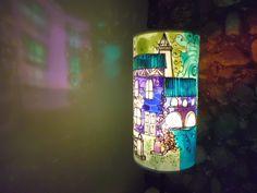 Le lampade sono realizzate con pergamena o plexiglas , i colori sono colori per vetro resistenti alla luce ed al calore la base in metallo nero o bianco completa il mio lavoro