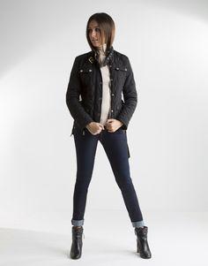 Cazadora acolchada negra de mujer, con bolsillos, cinturón y cierre con cremallera y broches