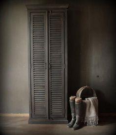 Smalle mat grijze louvre deur kast Dark Interiors, Beautiful Interiors, Louvre Doors, Grey And Beige, Gray, Home Living Room, Modern Rustic, Decoration, Interior Inspiration