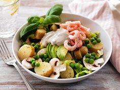 Carolina Soudah trollar i köket och resultatet blir en läcker veckomeny. Vad sägs om gyllenstekt torsk med mango, ugnsstekt kycklinglårfilé och mättande räksallad? Smal och god mat utan... Lunch Specials, Poke Bowl, Salad Bowls, Lchf, Cobb Salad, Potato Salad, Delish, Seafood, God Mat