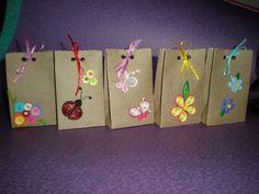 como hacer una bolsa de regalo paso a paso - Buscar con Google Diy Arts And Crafts, Crafts For Kids, Craft Gifts, Diy Gifts, Diy Paper, Paper Crafts, Kraft Bag, Tissue Paper Flowers, Paper Gift Bags
