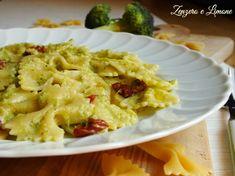 La pasta con crema di broccoli è un primo piatto molto delicato e facile da realizzare. Perfetto l'abbinamento con i pomodori secchi.