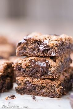 These Paleo Chocolate Chip Blondies have amazing crispy edges a soft chewy center and tons of dark melted chocolate chunks! You'll go crazy for these paleo gluten-free and refined sugar free blondies. Chocolate Chip Blondies, Paleo Chocolate Chips, Healthy Chocolate, Chocolate Recipes, Melted Chocolate, Chocolate Lovers, Paleo Dessert, Fun Desserts, Delicious Desserts