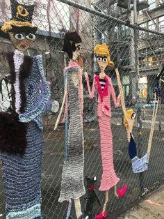 Chainlink Fences Ideas: 25 Unique DIY Ideas to Decorate Your Backyard Knit Art, Crochet Art, Crochet Patterns, Yarn Bombing, Urbane Kunst, Fence Art, Freeform Crochet, Outdoor Art, Yarn Crafts