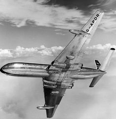 An extensively developed variant of the earlier Comet 1 and the world's first pressurised jet airliner. British Airline, British Airways, Commercial Plane, Commercial Aircraft, Civil Aviation, Aviation Art, De Havilland Comet, South African Air Force, Old Planes