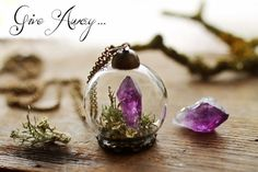 美しい紫色が存在感を放つ、アメジストのペンダント。まるでガラスドームを見ているようですが、実際はとても小さな作品。
