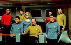 A tripulação da Entreprise (da esq. para a direita): Engº. Scott, Dr. McCoy, Sr. Chekov, Christine, Capitão Kirk, Oficial Uhura, Sr. Spock e Sr. Sulu