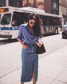 Chambray shirt with a frontal thigh slit denim skirt. Vista… Chambray shirt with a frontal thigh slit denim skirt. Vista o Look Look Jean, Denim Look, Denim On Denim, Denim Shirt Style, Denim Shoes, Jeans Style, Mode Outfits, Casual Outfits, Fashion Outfits