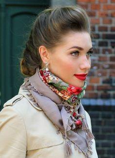 un foulard à motif russe assorti avec le rouge à lèvres, un manteau couleur neutre