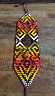 Abundancia con cuentas Pulsera medio Colombia Peyote Patterns, Loom Patterns, Beading Patterns, Beaded Skull, Beaded Jewelry Patterns, Native American Beading, Homemade Jewelry, Friendship Bracelet Patterns, Resin Crafts
