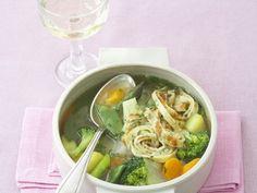 Pfannkuchen-Gemüse-Suppe ist ein Rezept mit frischen Zutaten aus der Kategorie Suppen. Probieren Sie dieses und weitere Rezepte von EAT SMARTER!