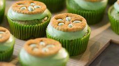 De här cupcaken kombinerar en söt kokoskaka med syrlig lime curd och fluffig grädde. Perfekt sommarbakverk att göra när du vill glädja många.