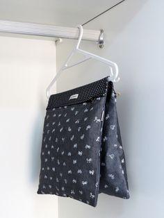 Porta cuecas, meias e acessórios. Tecido 100% algodão, com dois compartimentos, fechamento em zíper. Peça versátil, pode ser usada no cabide, na gaveta ou na organização de sua mala de viagens. Sob encomenda, consulte estampas em nosso mostruário de tecidos.
