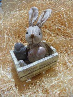 mini caixotes em mdf patinado com  coelhinhos de tecido e ovinhos de sabonete..