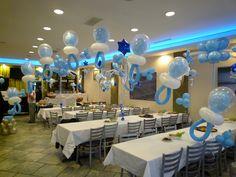 Arco hecho con globos dentro de globos con forma de pacificadores para Baby shower. #decoracionBabyShower