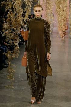 nice sleeve -- The complete Ulla Johnson Fall 2018 Ready-to-Wear fashion show now on Vogue Runway. Stylish Dress Designs, Designs For Dresses, Stylish Dresses, Fashion Show Dresses, Fashion Outfits, Modest Fashion, Diy Fashion, Couture Mode, Couture Fashion