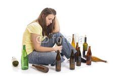 Junge Alkoholikerin auf dem Boden