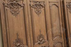 Межкомнатные двери из массива ясеня, украшенные резными декоративными элементами в стиле Барокко. #дизайн #декор #интерьер Interior doors made of solid ash with carved decorative elements in Baroque style. #design #decor #interior