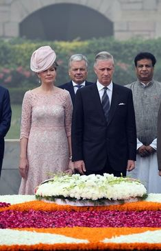 Queen Mathilde of Belgium Photos - Belgium's King Philippe (R) and Queen Mathilde pay tribute at Rajghat, a memorial for Mahatam Gandhi, during a visit in New Delhi on November 7, 2017.  / AFP PHOTO / PRAKASH SINGH - King Philippe and Queen Mathilde Of Belgium Meet With Indian PM Modi in Delhi