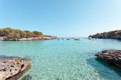 Cala Turqueta, Menorca es una de las mejores playas de la isla de Menorca. Sus aguas de color azul turquesa y la arena fina no hacen más que reflejar la realidad de un lugar que está cerca de ser un paraíso en la tierra. Su localización, oculta entre pinos, le da una cierta privacidad que no está de más. Se puede llegar en coche, pero hay que andar unos 10 minutos desde el parking.