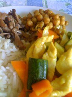 riso basmati con pollo alla curcuma e zenzero, funghi misti e ceci al curry