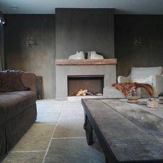 Livingroom fireplace kalkverf www.judith-en-co.blogspot.com Stucco Fireplace, Cottage Fireplace, Concrete Fireplace, Home Fireplace, Modern Fireplace, Living Room With Fireplace, Fireplace Surrounds, Living Room Decor, Fireplaces