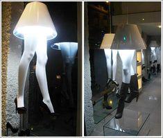 agencement magasin, présentation chaussures de luxe de nuit.