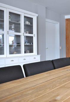 witte buffetkast in woonkeuken van woonboerderij | Stylist en Interieurontwerper www.stijlidee.nl
