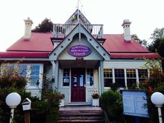 In the beautiful tiny town of Blackheath in the Blue Mountains, NSW Australia, exists this very lovely B&B called Norwood Mountain Lodge.