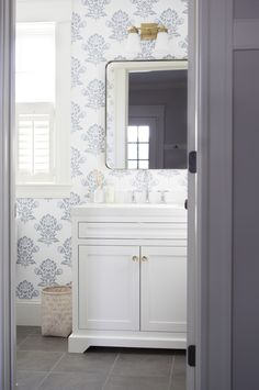 powder room made pretty with wallpaper Photography : Kate Renyi Read More on SMP: http://www.stylemepretty.com/living/2016/05/24/why-coastal-charm-is-giving-us-major-homegoals/