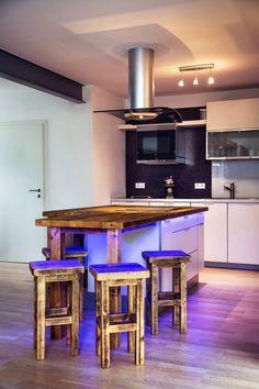 Gesamtansicht der neuen Küche : Tische und Sitzmöbel von edictum - UNIKAT MOBILIAR