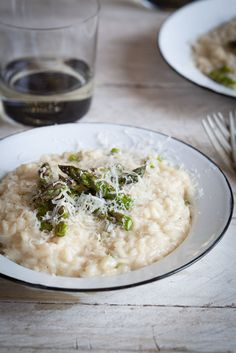 Creamy asparagus & lemon risotto with grilled asparagus is the perfect meal to celebrate Spring, combining the comfort of winter with the brightness of spring. Creamy Asparagus, Grilled Asparagus, Asparagus Recipe, Curry Recipes, Vegetarian Recipes, Vegetarian Dinners, Dinner Menu, Recipes Dinner, Dinner Ideas