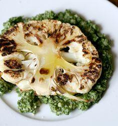 Bistecca di cavolfiore con pesto di cavolo nero | http://www.ilpastonudo.it/verdure/bistecca-di-cavolfiore-con-pesto-di-cavolo-nero/