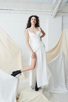 Cette saison, Vivienne Westwood étoffe son vestiaire en déclinant quatorze robes de mariée. Des modèles prêt-à-porter ou couture, qui réinterprètent certaines silhouettes iconiques de la créatrice britannique.