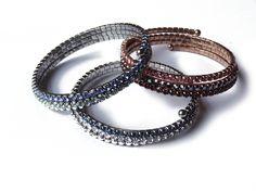 Niet altijd eenvoudig om een stijlvol geheel aan verschillende armbanden en ringen samen te stellen. Je hebt immers rekening te houden met verschillende metalen, materialen en tinten. De Victoria collectie heeft deze taak voor jou volbracht. Meerdere armbanden werden reeds in een een coherente set samengesteld of je maakt zelf een selectie uit meerdere armbanden en ringen uit onze ruime collectie.