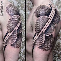Mögt ihr auch moderne Tattoos, die wie faszinierende Muster aussehen? Chaim Machlev macht ganz großartige! Unter dem Namen DotsToLines verziert er in Berlin Menschen mit Linien und Punkten, die zum Teil wie optische Täuschungen aussehen. Manchmal fließen s