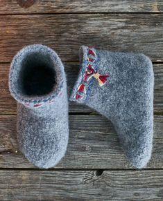 Felt Art, Womens Slippers, Knitting Socks, Heeled Mules, Diy And Crafts, Knit Crochet, Weaving, Heels, Sneakers