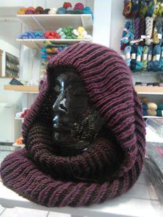 """Meine Mutter hilft mir beim Modellstricken und dieser Kapuzencowl ist heute mit der Post gekommen. Als erstes sagte mein Mann beim Auspacken:""""Hier ist ein Oberteil... Ohne Ärmel?"""" dann drapierte es es für die Bilder:""""Jetzt sieht es aus wie ein Jediritter!"""" Verstrickt ist der Cowl im zweifarbigen Patent, diesmal in eher gedeckten Farbtönen, damit es auch für farbscheue Männer geeignet ist."""