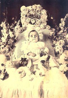 """Un niño muerto y rodeado de adornos para la """"fiesta"""""""